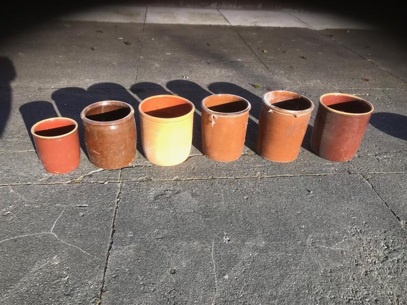 Ler/keramik/syltekrukker - Kielgastvej 34 - 5stk rigtig flotte gamle keramik/ler syltekrukker ca 6 liter højde ca 24cm, diameter ca 22cm. 1stk mindre krukke revnet følge med gratis ved samlet køb. 125kr ved 1stk, 500kr ved 5stk (samlet køb) - Kielgastvej 34