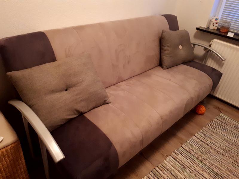 Sovesofa - Anemonevej 30 - Fin sovesofa i gråt stof. Der er kasse under til sengetøj. Mål: L 205 cm og B 110 cm (udslået mål) - Anemonevej 30