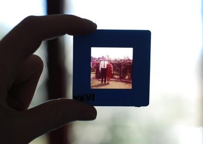 Lys-billeder til DVD - Danmark - Få dine gamle dias-billeder/lys-billeder overført til CD/DVD (eller USB/harddisk). Hvis du har op til 200 billeder er prisen 2kr. pr. stk. Hvis du har (mange) flere end 200 stk., så få et rigtigt godt tilbud. Prisen er inkl. kvalitets-CD/DVD - Danmark