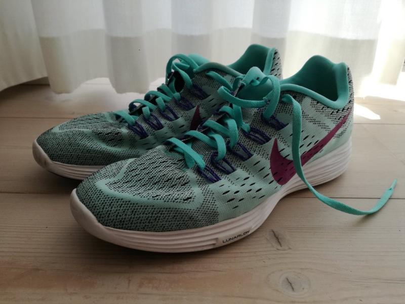 Nye Nike sneakers sælges - Rudemøllevej 77 - Jeg sælger disse to par næsten ubrugte nikesko, da jeg har købt dem for store. De fejler intet og er kun brugt enkelte gange til indendørs sport, men de fremstår som helt nye. Begge par er i størrelse 43. Det turkis blå par er mo - Rudemøllevej 77