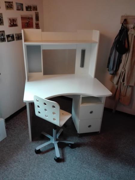 Skrivebord - Borgen 4 - Det er et stort og hvidt skrivebord, brugt. Der er få skramme på overfladen, men ikke det store. Stolen følger med. - Borgen 4