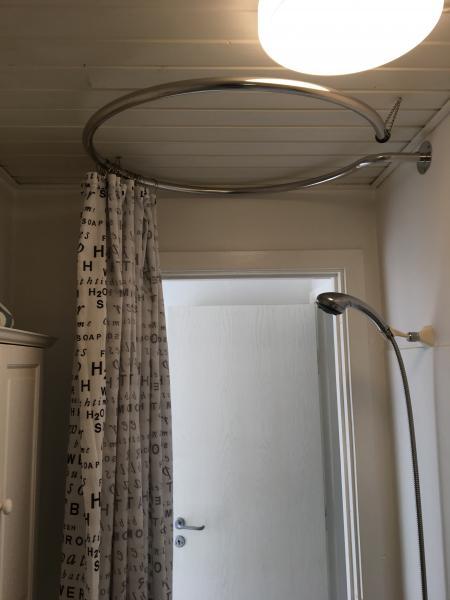 Rund brusestang - Bredgade 10 - Rund brusestang sælges. Størrelse: højde 3 cm, bredde 76 cm dybde 89 cm. Købt for 1 år siden. Fungerer rigtig fint på et lille badeværelse. Se billeder. Sælges fordi vi har valgt at renovere et lille badeværelse i vores sommerhus. K - Bredgade 10