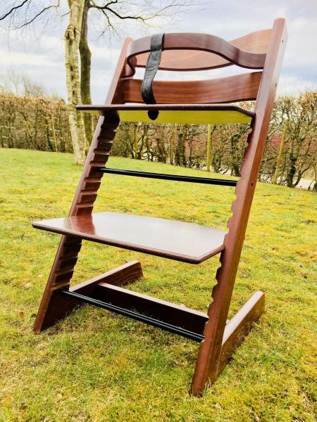 Tripp Trapp højstol - Granvænget 49 - Original Tripp Trapp stol med bøjle sælges til 500 kr. - Granvænget 49