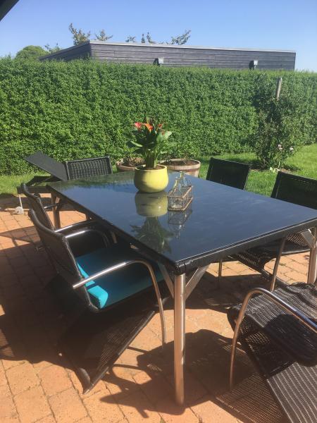Havemøbelsæt - Solbakken 22 - Sort havemøbelsæt med stort bord og 6 tilhørende stole i stål og sort flet. Vedligeholdelsesfrit og helårs udendørs - Solbakken 22