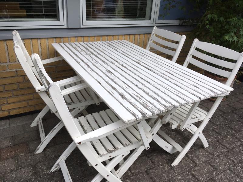 Havemøbelsæt - Granvænget 12 - Pænt patineret, hvidt havemøbelsæt. Mål bord: 130 x 80 cm. - Granvænget 12