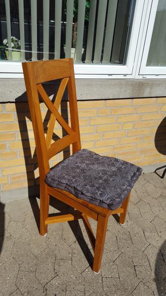 6 stk spisebord stole i massiv - Violvej 253b - 6 stk spisebord stole i massiv ege træ sælges. Der medfølger 6 hønder i grå med mønster. Den ene stol har en lille fejl men ikke noget der har betydning (se billed) - Violvej 253b