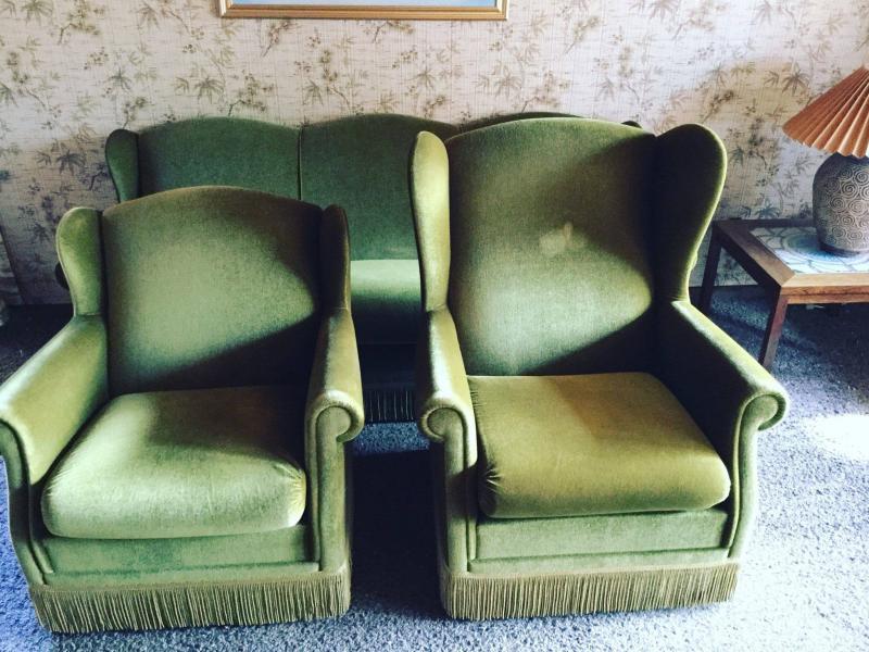 Velour sofasæt fra 1973 - Hasselvej 20 - Frynserne som er på møblerne på billederne er ikke på længere…så sælges uden. Alm. brugsspor. Skal løftes af køber. - Hasselvej 20