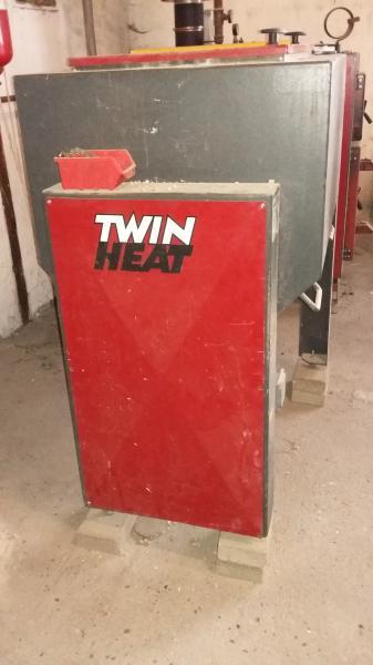Twin Heat stoker fyr. M20i - Nørregårdvej 8 - Twin Heat stoker fyr Model M20i. Fyret er fra 2001 Type A2 ydelse 15/29kW. Der kan fyres med træpiller, korn eller træflis. Sælges komplet med fyr , skorsten og fødekasse. Fyr, skorsten og fødekasse kan evt. købes enkeltvis Der sk - Nørregårdvej 8