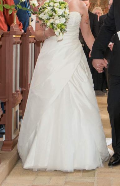 Pæn brudekjole - Bakken 12, Hvidbjerg - Rigtig pæn brudekjole sælges. Den har snøre i ryg, inderskørt og fald.. der medfølger taske og sjal.prisen er lille da den trænger til rens Lilly model str 38 - Bakken 12, Hvidbjerg