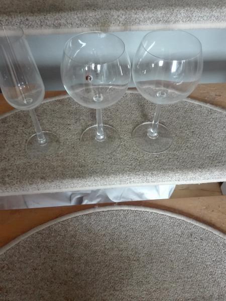 Superflotte glas SÆLGES - Lerhus Alle 44,1 - Jeg har disse superflotte rødvinsglas samt et champagneglas som jeg gerne vil sælge. Prisen kan forhandles. Varerne kan sendes. Køber betaler fragt - Lerhus Alle 44,1