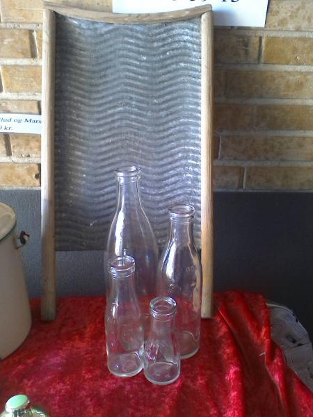 vaskebræt & mælkeflasker - Elsøvej 173 - Vaskebræt 75 kr Mælkeflasker (1l, ½l, 1/5l 1/10l) 75 kr for 4 stk - Elsøvej 173