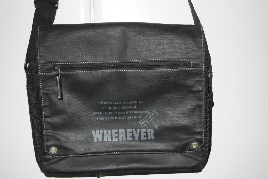 Vandtæt taske - Egerishave 22 - Mærke WHEREVER Mål 35×29 x5 kan blive 9 cm. 2 indvendige rum 1 stor for og baglomme er foret så kan bruges til Tablet. - Egerishave 22