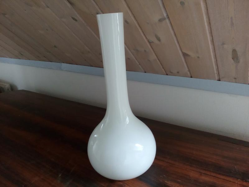 Flot hvid vase sælges