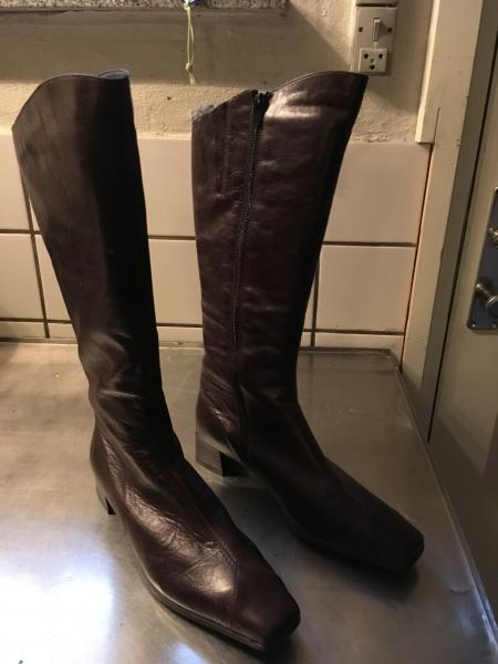 Brune lange skindstøvler