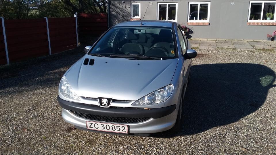 Peugeot 206 1,4 HDI, 5 dørs - Danmark - Årgang 2008, km. 278.000, kører perfekt, udstødning lige skiftet. bagbro skiftet sidste år, fartpilot, aircon, varme i sæder, radio med cd, ridser i lakken på bagklap og den ene bagskærm. Holder syn til 18/1-2020 - Danmark