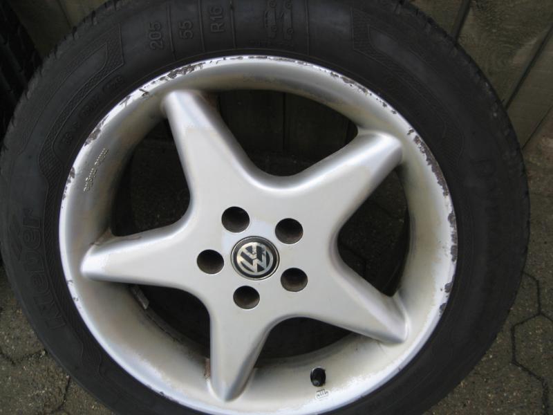 """Alu. fælge med dæk - Lundgårdvej 23 - Alu. fælge med gode dæk, Kleber 205/55 *16 """" – 5 *100 bolthuller, 2 med 6 mm. – 2 med 5 mm. slidbane, Passer bla. til Vw golf, Toyota Avensis, samt mange flere. Dækkene er i meget god stand, 3 fælge er pæne, 1 er mindre pæn. - Lundgårdvej 23"""