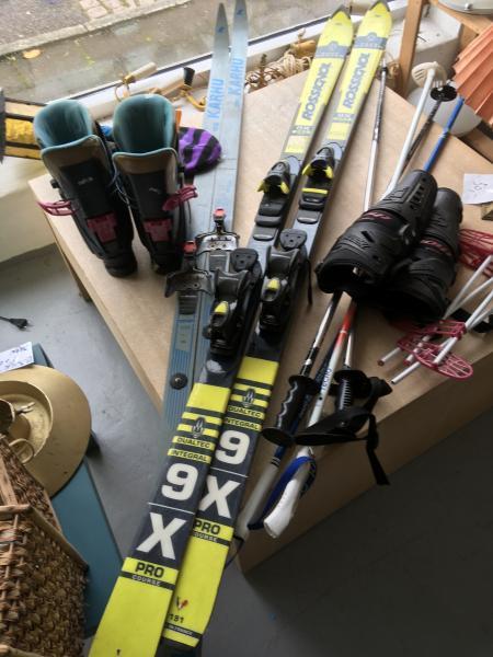 Ski og støvler - Norgaardsvej13 - 2 par ski, stave og Salomon støvler 43 - Norgaardsvej13
