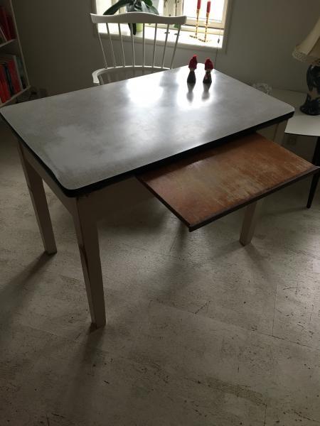 Retro køkkenbord med udtræk