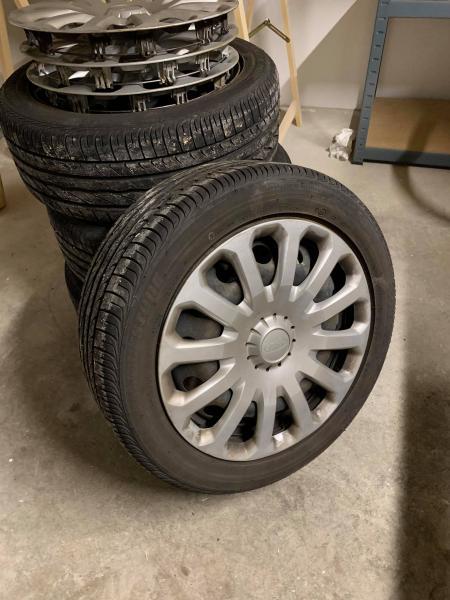Bridgestone sommerdæk 15″ - Danmark - Fine 15″ Bridgestone sommerdæk på stålfælge med originale FORD kapsler sælges. Krydsmål 4 x 100. 195/50R15. Har kun kørt en sæson (massere af mønster. - Danmark