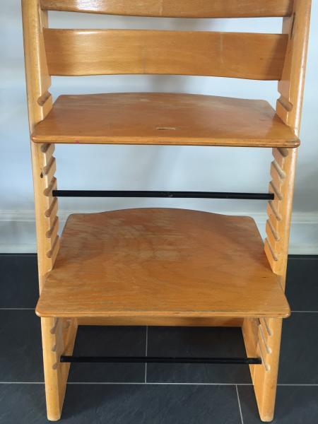 Lækker triptrap stol - Saltmosegyden 15 - Lækker triptrap stol med træbøjle. Dog mangler der læderstrop. Der er også plast plade til ryg støtte til de små. - Saltmosegyden 15