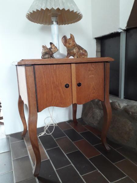 Egetræsmøbler - Holmgårdvej 4 - Gamle egetræsmøbler sælges 55x55x64–85x51x96–78x39x175. Prisen er for alle 3, men de kan også købes enkeltvis - Holmgårdvej 4