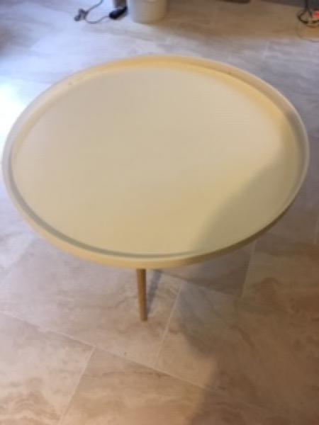 Melaminbord - Vognstrupvej - Sofabord med melamin bordplade og egetræsben. Diameter 90 cm. - Vognstrupvej