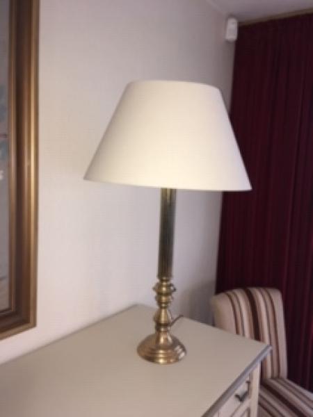 Messinglamper - Vognstrupvej - 2 unikke messinglamper med skærm med mulighed for to forskellige højder. 65 cm og 105 cm. Prisen er pr. stk. - Vognstrupvej
