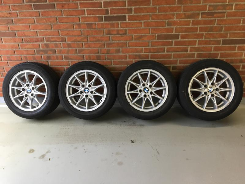Sælges BMW hjul - Tjørnevænget 34 - Originale BMW hjul 7×16″ indpresning 21 med sommerdæk, 225/50R16 92V mønster 3,5-4mm og fælgene har ingen kantstens spor - Tjørnevænget 34