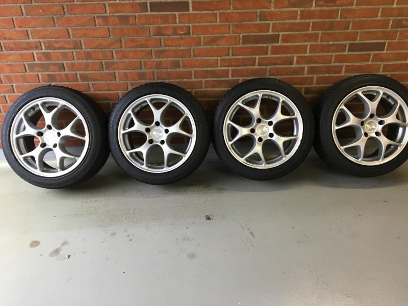 Sælges BMW aluhjul - Tjørnevænget 34 - BMW alu hjul 6×17″ indpresning 35 med vinterdæk 225/45R17H 91H M+S, dækmønster 4,0-4,5 mm, hjulene har lidt brugspor fra kantsten Har været monteret på en BMW Z4 Roadster - Tjørnevænget 34