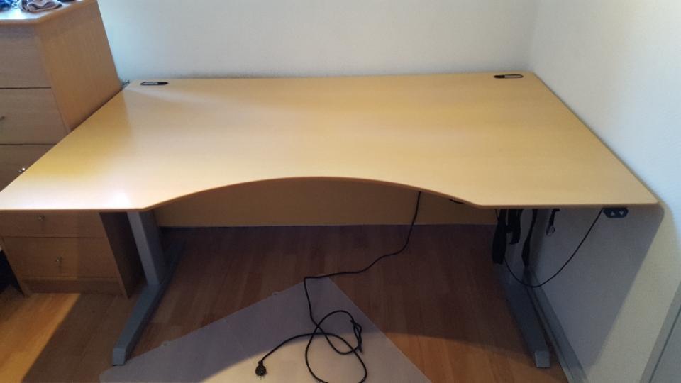 Skrivebord med elhejs