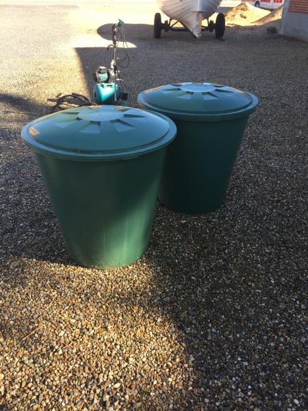 Næsten nye regnvandstønder.