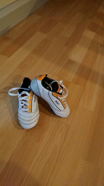 fodboldstøvler - Granvej 7 - Jeg sælger fodboldstøvler. Næsten som ny. størrelse : 27 - Granvej 7