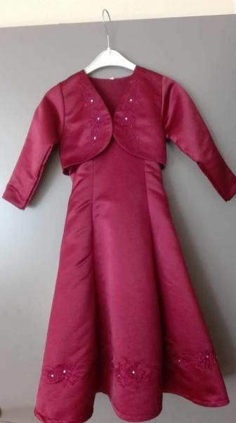 røde festkjole - Granvej 7 - Jeg sælger rød festkjole med bolero. Bolero mangler en lille sten. Mærke : Jocko størrelse : 98 / 104 - Granvej 7