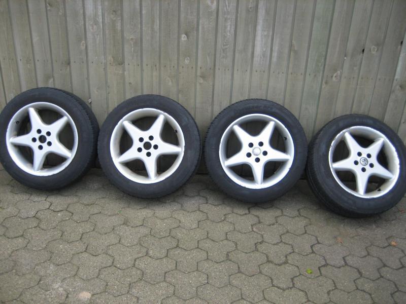 """Alu. fælge med sommerdæk - Lundgårdvej 23 - Alu. fælge med gode dæk, Kleber 205/55 *16 """" – 5 *100 bolthuller, 2 med 6 mm. – 2 med 5 mm. slidbane, Dækkene er i meget god stand, 3 fælge er pæne, 1 er mindre pæn. Passer på Toyota Avensis, Celica. VW Golf 4, Bora. Seat Le - Lundgårdvej 23"""
