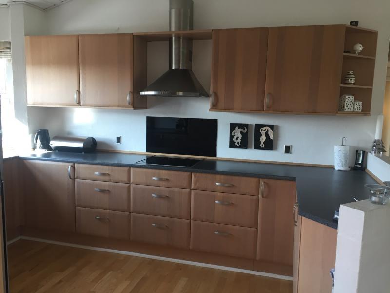 Køkken sælges - Petuniavej 125 - Velholdt brugt køkken sælges inkl. emhætte, keramiske kogeplader samt nyere indbygget Bosch køleskab. I skal selv nedtage køkkenet den. 11 eller 12. maj. - Petuniavej 125