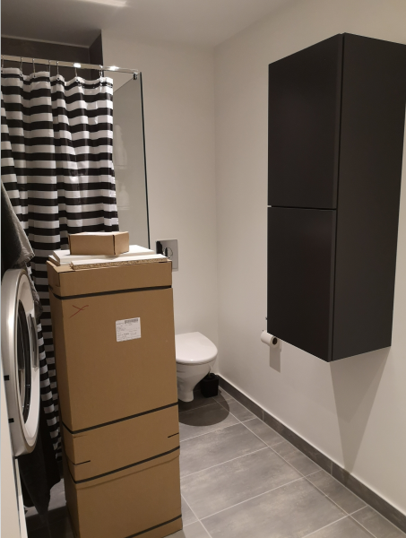 Badeværelsesskab – Svane - Brombærvej 1 - Helt nyt badhøjskab (ikke pakket ud) sælges på grund af fejlkøb (der er for lidt plads) Skabet er magen til det på billedet, blot højrehængslet. Skabet er med 1 fast hylde og 2 ekstra hylder. H1152, B400, D320 – Svane varenummer V - Brombærvej 1