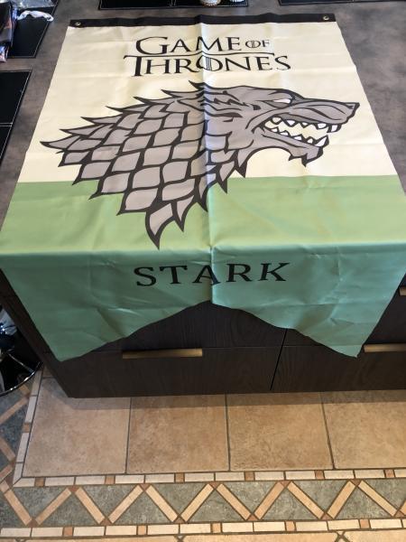 Game Of Thrones flag - Bragesvej 19 - Game Of Thrones flag 3 ens i str. Og en Stark flag lidt større. Super flotte flag. Stk pris 50 kr. Kan købes hver for sig. - Bragesvej 19