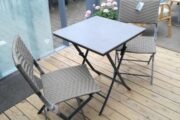 Cafe sæt bord og to stole.