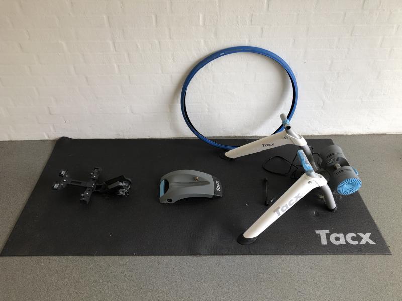 Hometrainer Tarx m/tilbehør - Danmark - Tarx Vortex Smart Hometrainer med tilbehør. Alt fra december 2017, brugt 6-7 gange sammenlagt, fremstår som ny. Tarx Vortex Smart Hometrainer m/Bluetooth. Udstyr: Måtte, tablet holder til styr på cykel, special dæk til hometrainer. Samlet n - Danmark