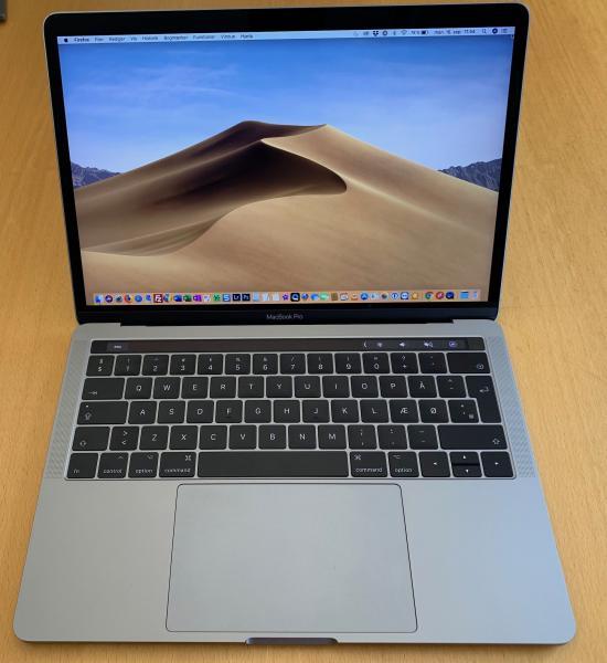 "MacBook Pro 13"" 2017 model - Møllegade 83c - MacBook Pro 13"" med Retina skærm, 2017 model, med Touch Bar og Touch ID. 3.1 GHz i5 processor og 512 GB SSD-lagring samt 8GB ram. 3.1 GHz Core i5 8 GB Ram, 515 GB SSD Disk Intel Iris Plus 650 Graphics 13.3″ screen 2560×1600 ""Retin - Møllegade 83c"