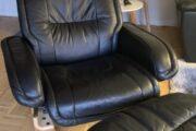 Sort læderstol m/ skammel