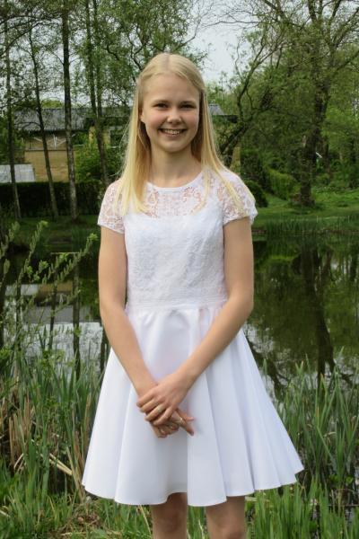 Lilly konfirmationskjole - Fruevej - Ditte sælger sin konfirmationskjole fra 2019 Lilly str. 36 (lagt lidt ind i taljen), blonde/satin, blonde og lynlås i ryggen Vasket og strøget – er som ny Nypris 1.800 kr. – mp. 900 kr. – bud modtages (Også til salg i Facebook gruppe) - Fruevej