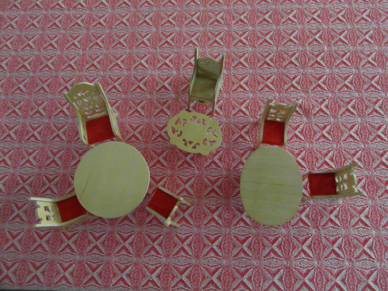 Dukkemøbler - Strandvejen 9b - Dukkemøbler, 3 borde højde 6 cm, 6 stole højde 9 cm, sælges samlet. - Strandvejen 9b