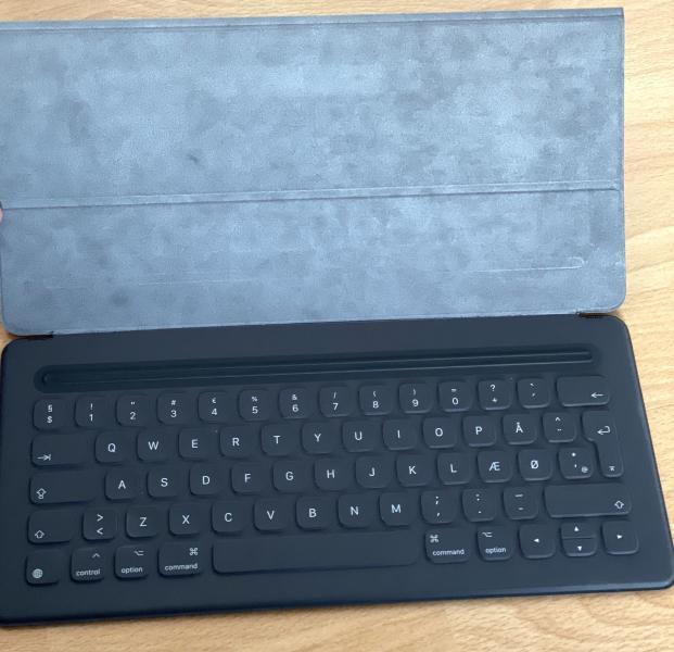 """Smart cover iPad pro 12,9 2.ge - Møllegade 83c - Apple ipad pro smart keyboard, 12,9"""" 2. Generation. i original emballage, er som ny brugt et par gange. Købt. 10-2017 - Møllegade 83c"""