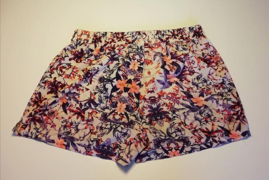 Forskelligt tøj sælges billigt - Danmark - Flere forskellige slags tøj fra kendte mærker, som Only, Minimum og Vero Moda sælges billigt. En del af tøjet er kun brugt meget få gange og fremstår som ny. Tøjet er i størrelserne M, L og XL Billede 1: Fine shorts fra Vero moda i str.  - Danmark