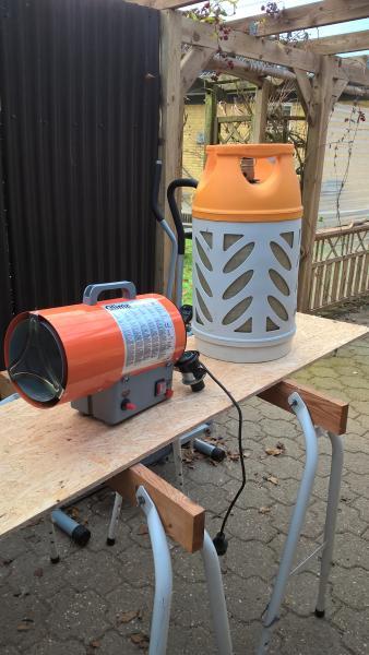 Gasvarmer med flaske sælges - Vesterlund 25 - Gasvarmer sælges har kun brugt ca halv flaske gas der medfølger letvægtsflaske tom . - Vesterlund 25