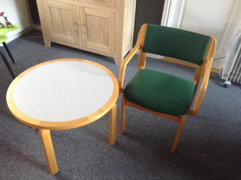 Bord og stol - Vibevænget 56 - Rundt bord h. 52 ø. 75 cm. Armstol med grøn uld. - Vibevænget 56