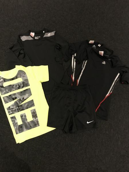 Sportstøj 10/12 år, som nyt - Violvej - En langærmet sort, 2 sorte t-shirts, 1 gule t-shirt og 1 par shorts. Shorts str. 10. Øvrigt 10-12. Fejler ansolut intet. Sælges helst samlet. - Violvej