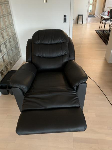 """Recliner lænestol i læder - Baldersvej 16 - Helt ny lænestol købt den 22.12.19 Stort set ikke brugt – den har en meget lille skræmme på """"ryggen"""" og derfor sælges den billigt Til kr. 3200 Ny pris min 4000kr - Baldersvej 16"""