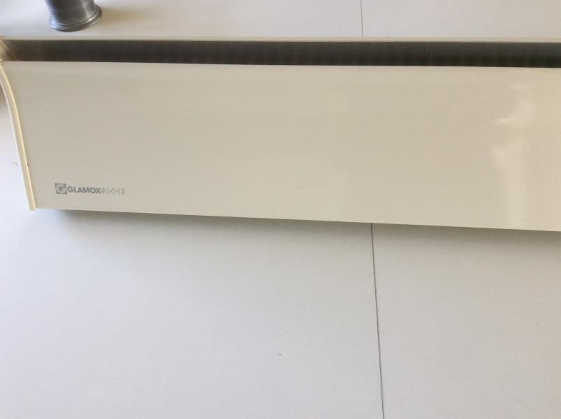Elradiator - Ahornvænget 10c - Glamox hvid UDEN termostat med vægophæng og ledning Smal model 104 cm x 18cm Pæn uden skrammer og buler. Hvis du har en Glamox der ikke er så pæn , kan termostaten Tages af og flyttes over på denne - Ahornvænget 10c